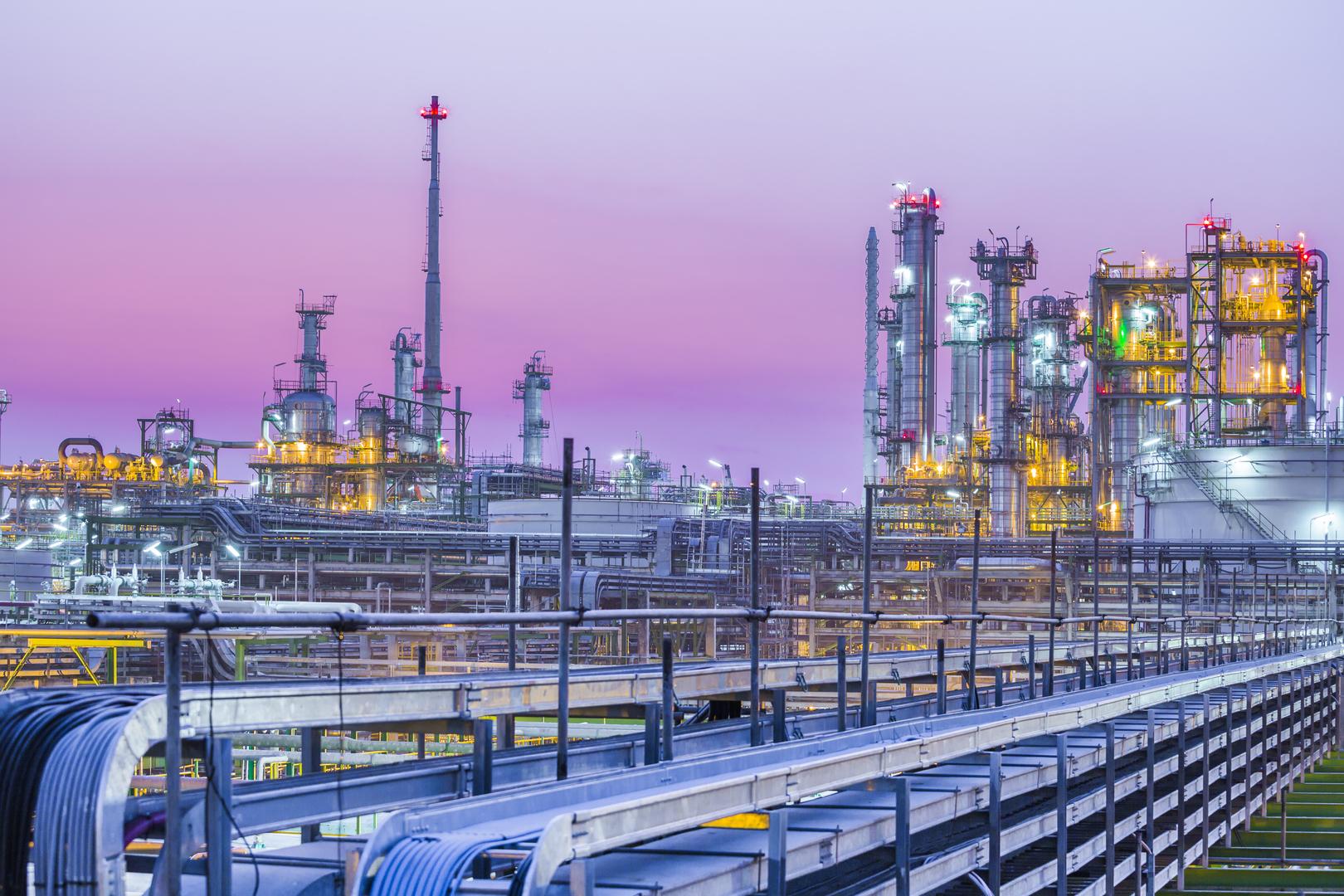 Industrie Panorama mit pinkem Sonnenuntergang - Elmoba Kabelverlegung GmbH in Marl und Chur