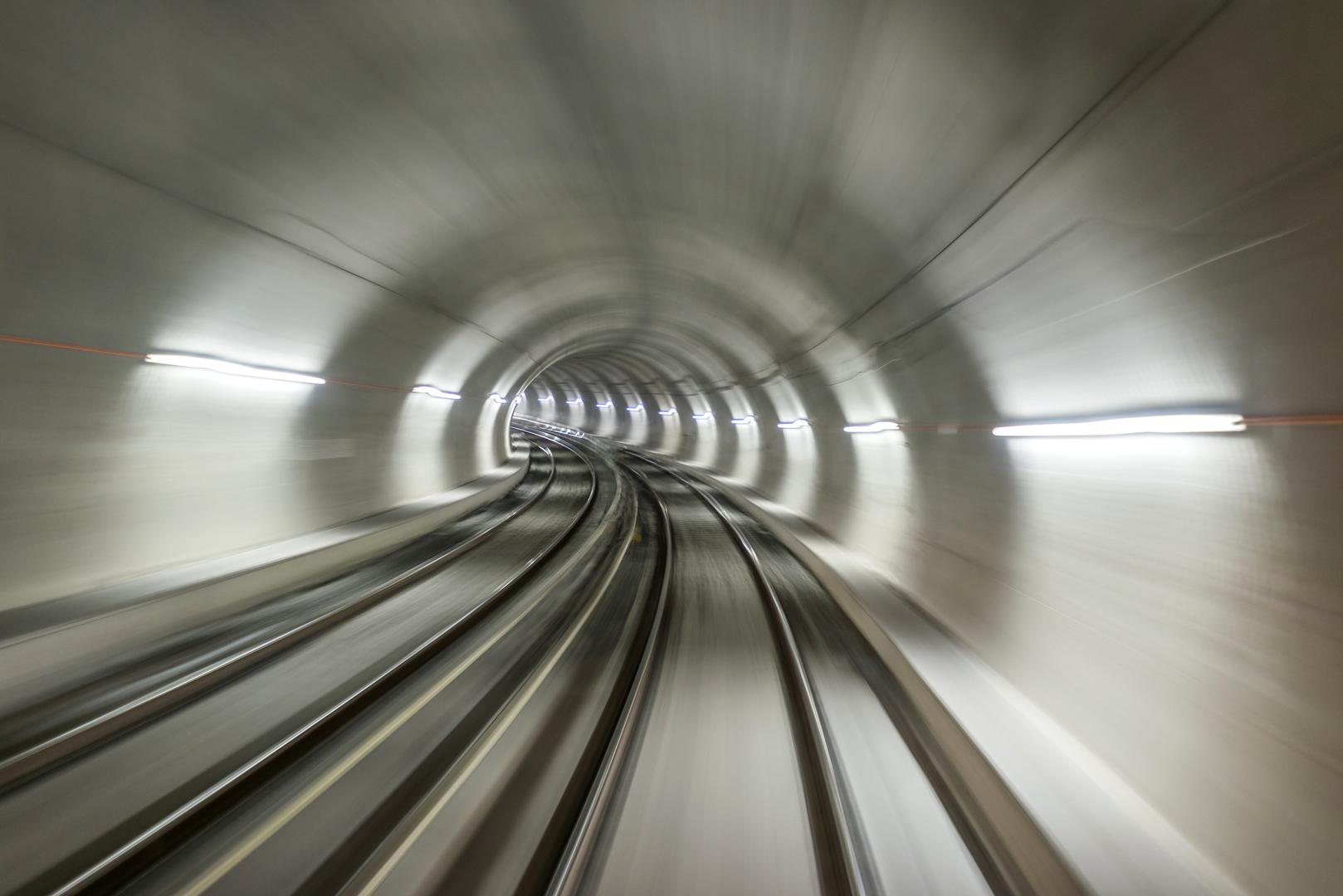 Tunnel in hoher Geschwindigkeit durchfahren - Elmoba Kabelverlegung GmbH in Marl und Chur
