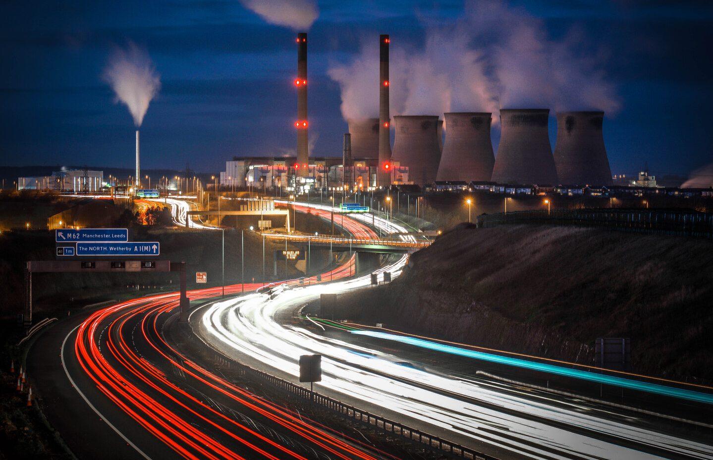 Industrie an der Autobahn erleuchtet in der Nacht - Elmoba Kabelverlegung GmbH in Marl und Chur